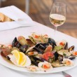 Prepared clams and glass of white wine — Foto de Stock