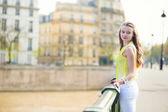 Chica en un puente en parís — Foto de Stock