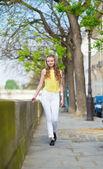 Chodzenie w paryżu w letni dzień — Zdjęcie stockowe