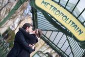 пара поцелуи под знаком метро в париже — Стоковое фото