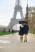 Dating couple under the rain in Paris — Stock Photo