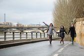 Happy friends having fun in Paris — Stock Photo