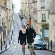 Dating couple walking in Paris — Stock fotografie