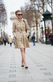 Elegante parisiense en la calle — Foto de Stock