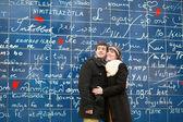 счастливая пара на стене «я тебя люблю» — Стоковое фото