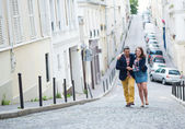 Happy couple walking together in Paris — Stockfoto