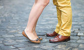 Close-up van mannelijke en vrouwelijke benen tijdens een datum — Stockfoto