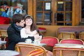Miłości para w paryskiej kawiarni — Zdjęcie stockowe