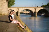 Young couple in Paris near the Seine — Stock Photo