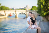 Couple in Paris on a summer day — Стоковое фото
