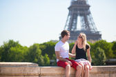 Couple with the Eiffel tower in the background — Stock Photo