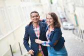 šťastné milující pár v pařížské ulici — Stock fotografie