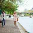 Couple on a Parisian embankment — Foto de Stock