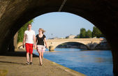 Couple walking by the Seine — Stockfoto