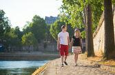 Romantyczna para spacerująca w pobliżu sekwany — Zdjęcie stockowe