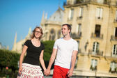 туристов, гуляющих в париже в летний день — Стоковое фото
