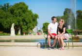 Couple of tourists in the Tuileries garden — Stock Photo