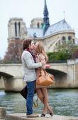 Romantyczna para w paryżu całowanie — Zdjęcie stockowe