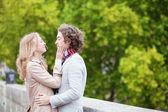 счастливая молодая пара, с даты — Стоковое фото