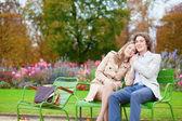 романтическая пара в парке, с даты — Стоковое фото
