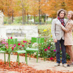 Знакомства пара в Париже на осенний день — Стоковое фото