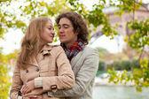 Romantyczna para w paryżu — Zdjęcie stockowe
