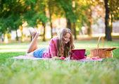 Menina surfando na net — Foto Stock