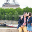 Couple near the Eiffel tower — Foto Stock