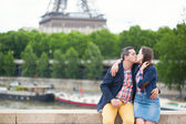 Couple near the Eiffel tower — Stock Photo
