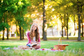 Girl having a picnic — Stockfoto