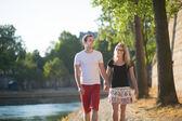 Heureux couple marchant sur un quai parisien — Photo