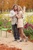 Romantický pár na podzim, s datum — Stock fotografie