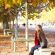 Girl enjoying warm autumn day in Paris — Foto Stock