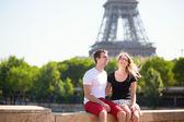 Mutlu çift paris'te eyfel kulesinin yakınında — Stok fotoğraf