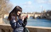 Happy tourist in Paris sending an sms — Stock Photo