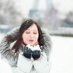 Girl enjoying a snow day in Paris — Stock Photo