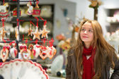 Girl selecting decoration on a Christmas market — ストック写真