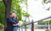 Romantisch paar in parijs — Stockfoto