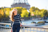Girl in Paris on a sunny spring or fall day — ストック写真