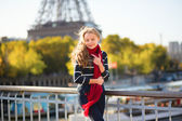Girl in Paris on a sunny spring or fall day — 图库照片