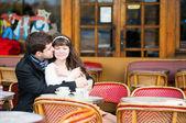 约会情侣接吻的一家咖啡馆 — 图库照片