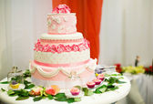 Wedding cake decorated with pink roses — Stock Photo