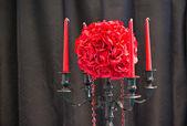 Samenstelling met bloemboeket en kaarsen — Stockfoto