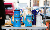 Old tea-pots on the flea market — Stock Photo