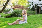 Junge Europäerin, die Sushi-Essen im japanischen park — Stockfoto