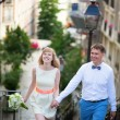 Happy young newly-wed couple on Montmartre — Stock Photo