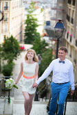 Happy young newly-wed couple on Montmartre — Stockfoto