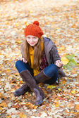 Girl relaxing in park on a fall day — Stock Photo