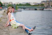 Just married couple on  Seine embankment — Stockfoto