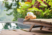 Towels with frangipani flowers in a Balinese spa — ストック写真